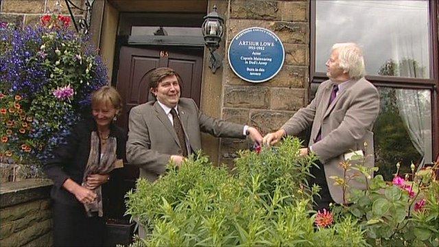 Ian Lavender unveils a blue plaque tribute to Arthur Lowe