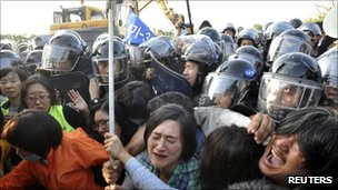 Protesters struggle with riot police in Seogwipo on Jeju island September 2, 2011