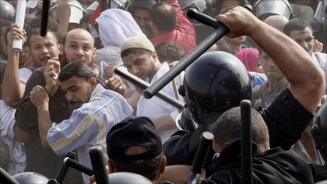 Anti-Mubarak protesters clash with riot policemen