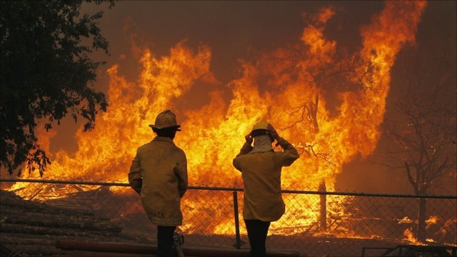 Firefighters in the US state of Texas are struggling to contain a huge wildfire