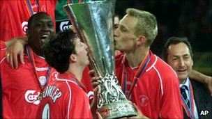 Fowler (L) and Sami Hyypia (R) of Liverpool FC hold the UEFA Cup after winning on 16 May 2001