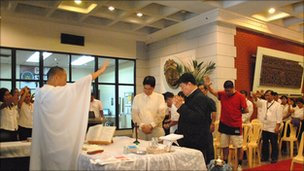 Fr Reyes saying mass at the Ministry of Justice, Manila