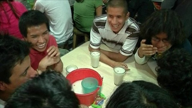Mexicans drinking pulque