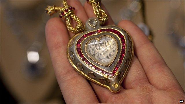 Taj Mahal diamond pendant