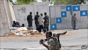 Armed men in front of Somalia's presidential palace (2009)