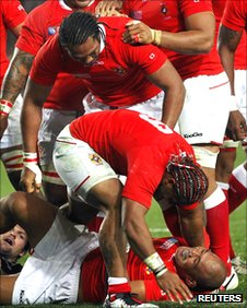 Tonga players rush to congratulate Alisona Taumalolo after his try