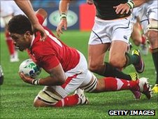 Toby Faletau dives over to score Wales&#039; try 