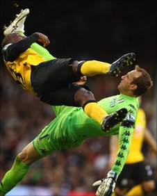 Junior Hoilett Collides with Mark Schwarzer