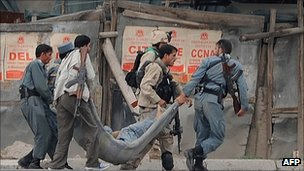 Afghan police carry a wounded colleague in Kabul (14 Sept 2011)