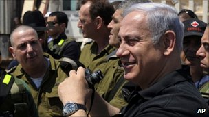 Israeli Prime Minister Benjamin Netanyahu tours Israel's border with Egypt, in southern Israel (13 Sept 2011)