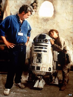 George Lucas with young actor Jake Lloyd (Anakin Skywalker aka Darth Vader) and R2D2 on the set of Star Wars:Episode One:The Phantom Menace
