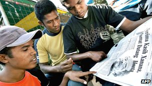 East Timorese youths read newspaper headline reporting Jose Ramos-Horta's 2007 election win