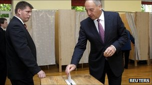 Latvia's President Andris Berzins casts his vote in Riga - 17 September 2011