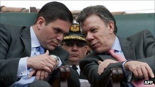 Juan Manuel Santos (r) and Juan Carlos Pinzon (l)