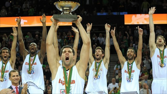 Felipe Reyes holds up the Eurobasket trophy