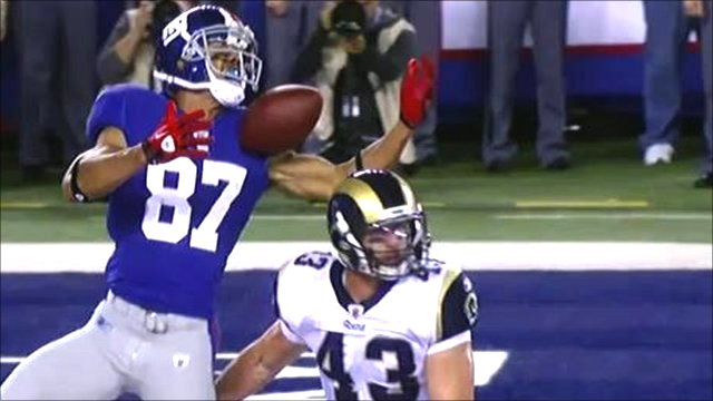 New York Giants wide-receiver Domenik Hixon nearly drops the ball