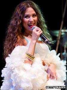 Eliza Doolittle performing