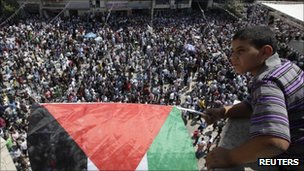 A Palestinian boy overlooks a rally in Ramallah, 21 September 2011