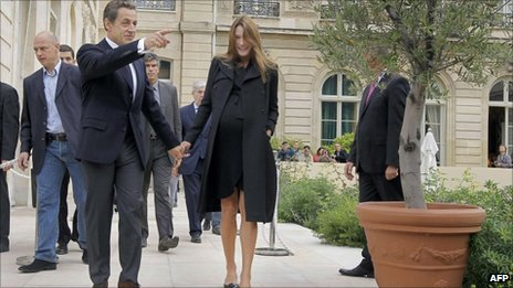 French President Nicolas Sarkozy and his wife Carla Bruni-Sarkozy walk in the gardens of the Elysee Palace in Paris, September 17, 2011