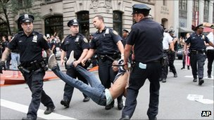 Police carry an arrested man in new york (24 sept 2011)