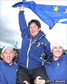 Alison Nicholas (centre) celebrates her team&#039;s 15-13 victory