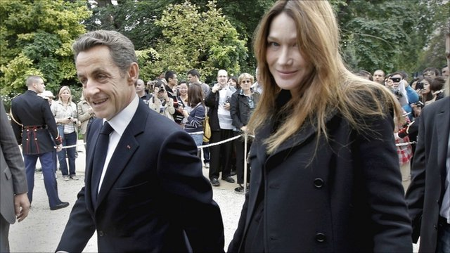 French President Nicolas Sarkozy (L) and his wife Carla Bruni-Sarkozy