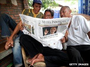 Men read Media Indonesia