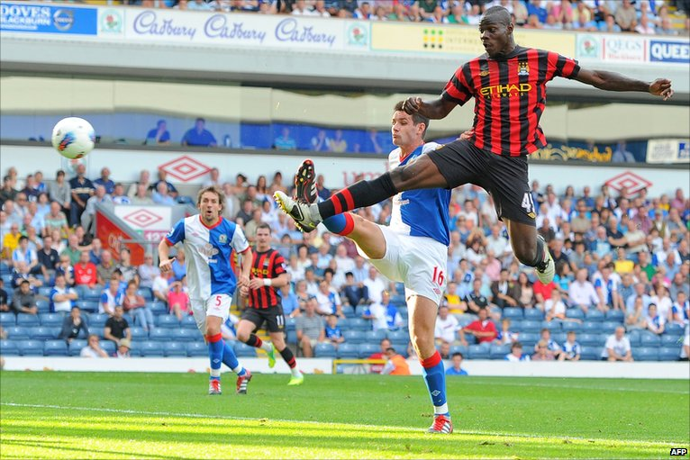 Mario Balotelli scores Man City's second