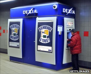 Man withdraws money from a Dexia cash machine
