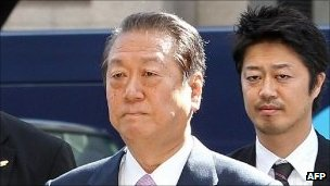 Ichiro Ozawa (left) enters the Tokyo district court. Photo: 6 October 2011