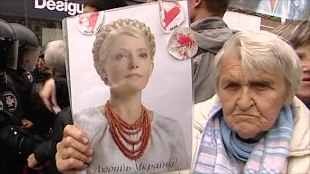 Protester holds Tymoshenko&#039;s picture