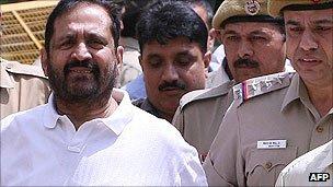 Suresh Kalmadi being escorted to court in April 2011