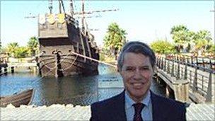 Cristóbal Colón in front of a ship