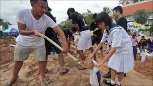 Volunteers fill sandbags in Bangkok on 13 October 2011