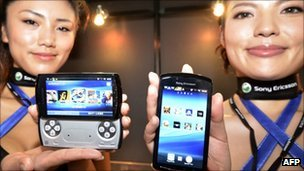 Models show off Sony Ericsson&#039;s Xperia Play handset at the Tokyo Game Show 
