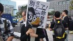 Protesters holding a 99% sign in Taipei, Taiwan. Photo: Manting Huang