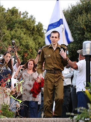 Gilad Shalit arrives at his home in Mitzpe Hila on 18 October 2011
