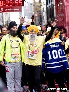Fauja Singh completes the Toronto marathon
