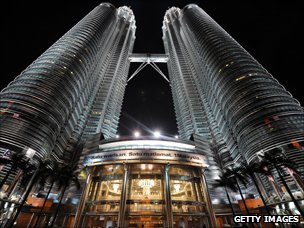 Nightshot of Malaysia&#039;s landmark Petronas Twin Towers in Kuala Lumpur