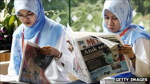 Women read newspapers