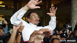 Former deputy PM Anwar Ibrahim  in 2004 lifted by crowd after release