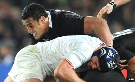 Jerome Kaino gets to grips with France's Julien Bonnaire