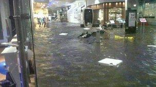 Centro comercial Dundrum compras en Dublín estaba inundado de agua de la inundación