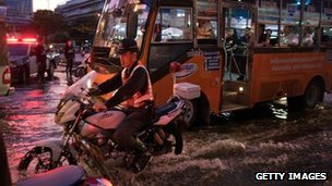 Traffic moves through through the flooded streets of Bangkok. Photo: 26 October 2011