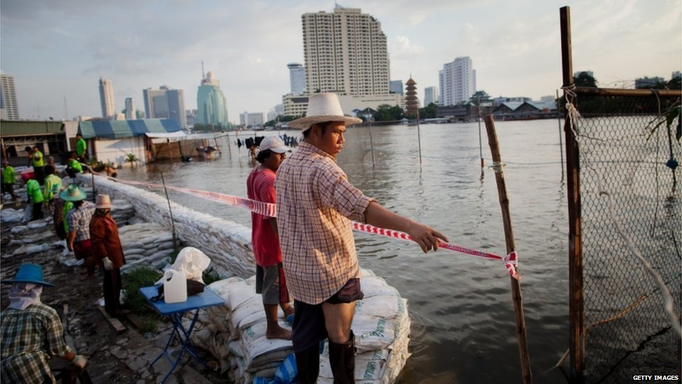 Bangkok residents try to defend their neighbourhood using sandbags