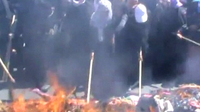 Yemeni women set fire to veils