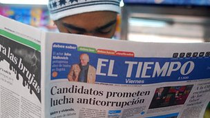 Man reading copy of El Teimpo newspaper with headline: Candidates promise anticorruption fight