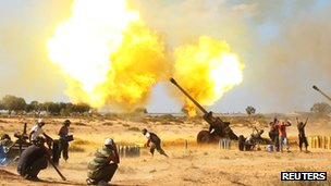 Anti-Gaddafi fighters fire Howitzers at pro-Gaddafi forces near Sirte on 23 September 2011