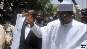 Muhammadu Buhari (r) cast his vote on 16 April 2011