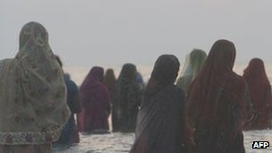 Women by the beach in Mumbai (November 2011)